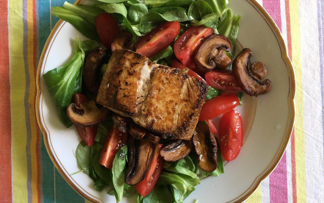 Schnelle gesunde Paleo Sommermahlzeit – Feldsalat mit Lachs