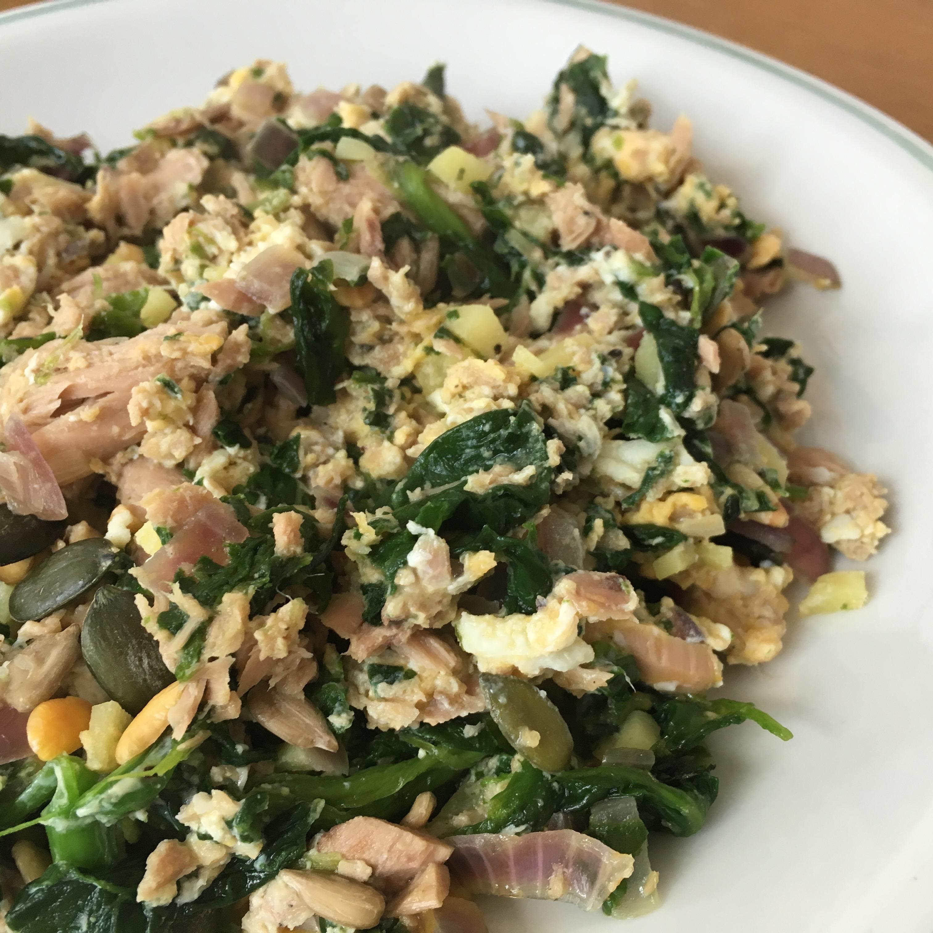 Paleo Frühstück mit Thunfisch, Ei, Spinat und Ingwer