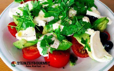 Paleo Salat mit Büffelmozzarella und Avocado